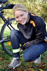 Radfahrerin bindet Signalband um