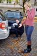 Junge Frau telefoniert nach Unfall