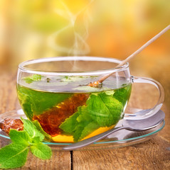 frischer  heißer Tee mit Minze und Kandis