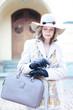 Frau mit Lederhandtasche