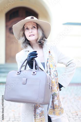 Dame mit stilvoller Kleidung und Tasche