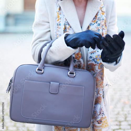 Lederhandtasche und Lederhandschuhe