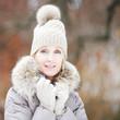 Frau mit Winterjacke und Mütze