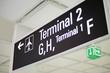Hilfreiche Schilder am Flughafen