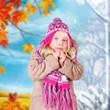 kleines Mädchen vor Herbst-Winter-Wechsel
