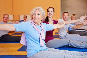 Seniorin bei Rückenschule im Fitnesscenter
