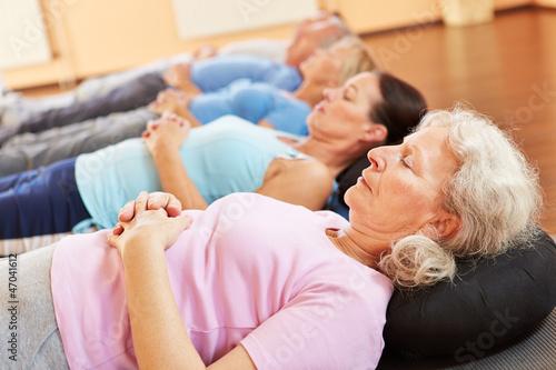 Senioren entspannen im Fitnesscenter
