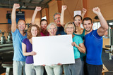 Jubelnde Gruppe macht Werbung für Fitnesscenter