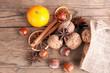Jutesack mit Nüssen, Sternanis, Zimtstangen, Clementinen