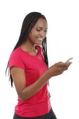 Glückliche afrikanische Frau tippt eine SMS