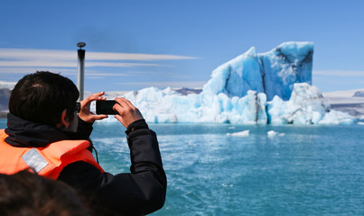 Touriste photographiant un iceberg