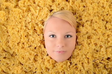 Femme avec des pâtes