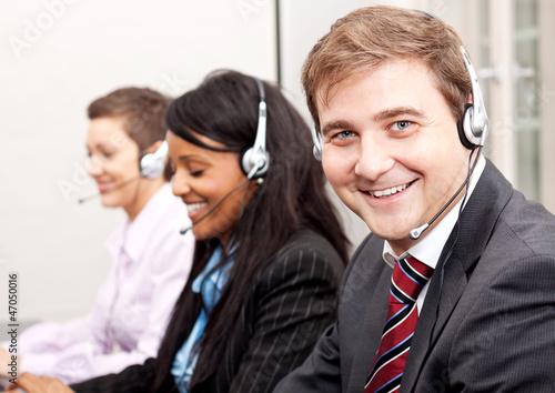 canvas print picture team in callcenter mit headset beim telefonieren
