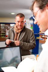 Patient und Apotheker im Gespräch