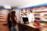 Apothekerteam im Kundengespräch