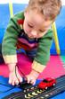 Kleinkind spielt mit Autorennbahn
