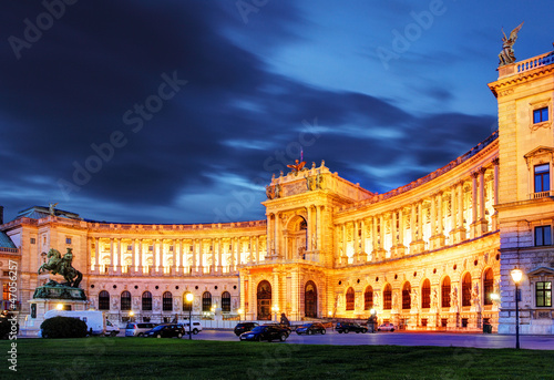 wieden-hofburg-cesarski-palac-przy-noca-austria