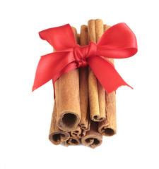 zimtstangen in rotem geschenkband