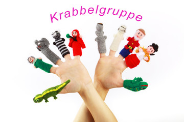 Gestrickte Fingerpuppen an zwei Händen