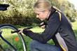 Radfahrerin mit Luftpumpe