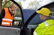 Pannenhelfer hilft junger Autofahrerin