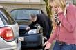 Junge Frau telefoniert nach Fahrradunfall
