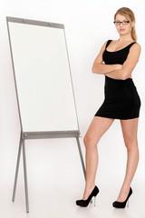 Geschäftsfrau präsentiert Jahresstatistik an einer Flipchart