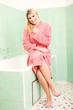Hübsche junge Frau im Badezimmer