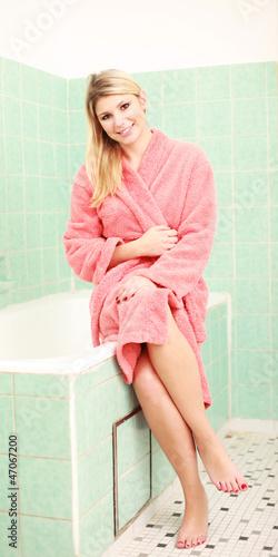 Hübsche Frau genießt ihre Freizeit und entspannt im Badezimmer