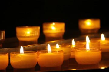 Lichter in einer Kirche