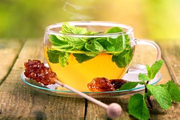 Kräuter-Minz-Tee auf Holztisch