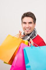 Mann nach Einkauf mit bunten Taschen