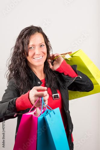 Frau nach einkauf mit bunten Taschen