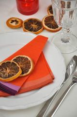 Tischdeko mit getrockneten Orangenschalen