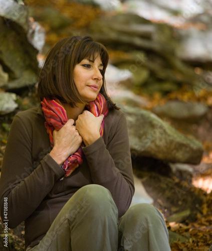 Donna matura nel bosco