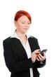 junge geschäftsfrau tippt auf ihrem smartphone
