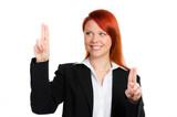 junge geschäftsfrau navigiert mit den fingern