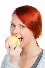 ernährungsbewusstes mädchen isst einen apfel