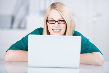 junge kreative arbeitet frau am laptop