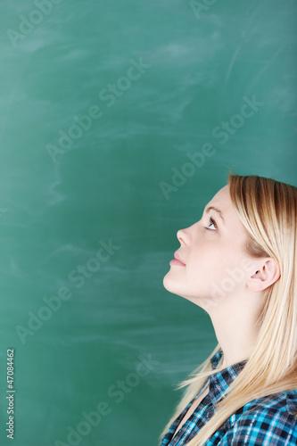 studentin schaut nachdenklich nach oben