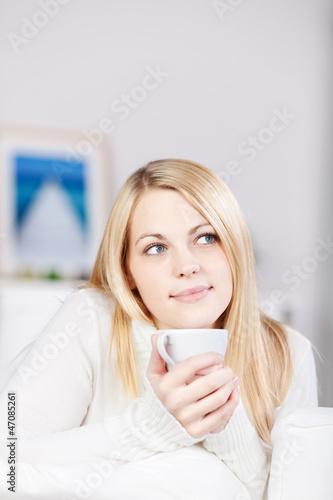 entspannte junge frau mit tee