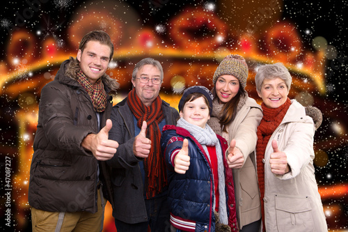 familie auf dem weihnachtsmarkt