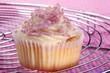 Vanille Cupcake mit rosa Zuckerstreuseln