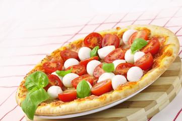 pizza pomodori mozzarella e basilico