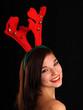 Hübsches Mädchen mit Nikolaus-Rentiergeweih