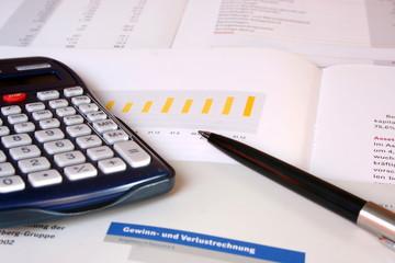 Geschäftsdbericht und Taschenrechner