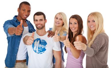 Gruppe Jugendlicher zeigt Daumen hoch