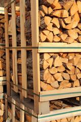 Brennholz zum verkauf im Hochformat