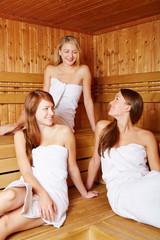 Drei Frauen reden in Sauna