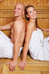 Paar in Sauna eines Hotels